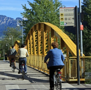 Bolzano cycleway - straight ahead on the yellow route to the CBD, left on the green route to the Roncolo castle.